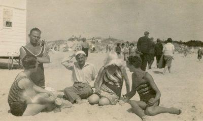 Gražutė su draugais Palangos paplūdimyje