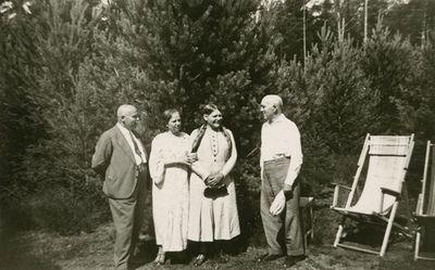 Šlapeliai su svečiais savo vasarnamyje Valakampiuose