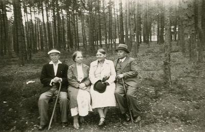 Šlapeliai su svečiais sėdi pušyne netoli savo vasarnamio Valakampiuose