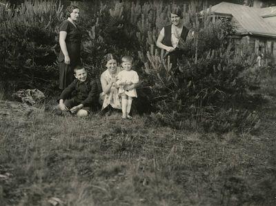 Laimutė Graužinienė su dukrele vieši tėvų viloje Valakampiuose
