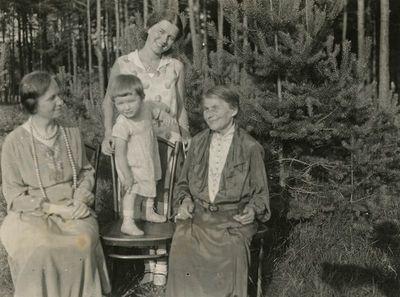 Keturios dukterų kartos