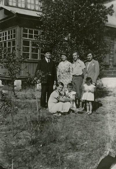 Šlapeliai su visais savo vaikais ir dviem anūkėmis prie vilos Valakampiuose