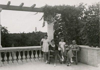 Diplomatas Kazys Graužinis su šeima Romoje, savo rezidencijoje