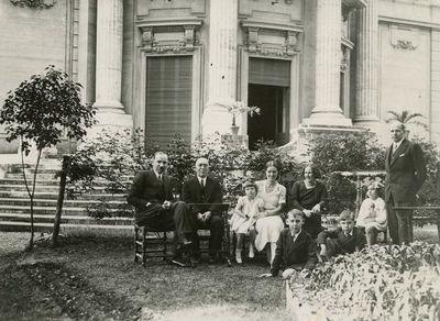 Lietuvos diplomatai su šeimomis Romoje, prie Villa Lituania