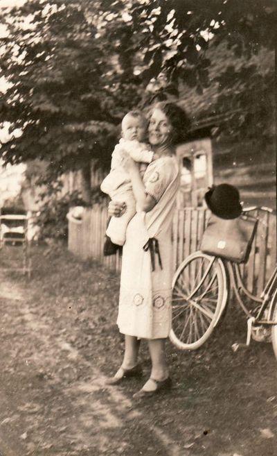 Nežinoma moteris su vaiku ant rankų
