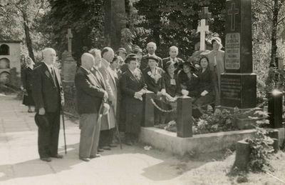 Rasų kapinėse, prie J. Basanavičiaus paminklo, Emiliją Vileišienę palaidojus