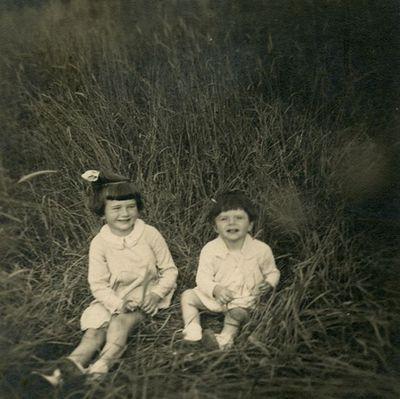 Šlapelių anūkės Laimutė ir Nijolė Graužinytės Romoje, Villa Glori