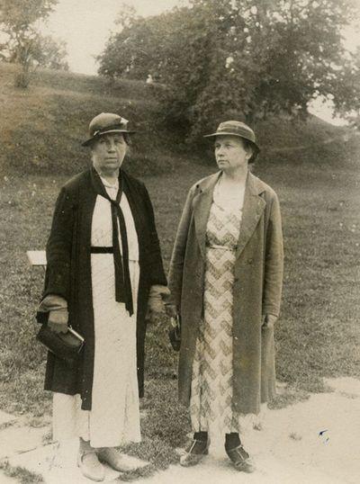 Marija Šlapelienė su seserim Elena