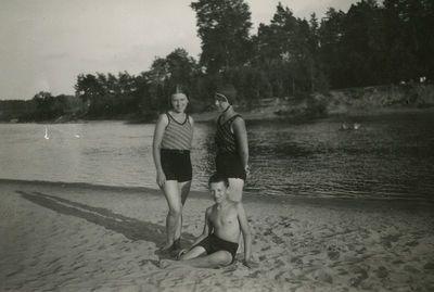 Šlapelių vaikai atėjo maudytis į Valakampių paplūdimį