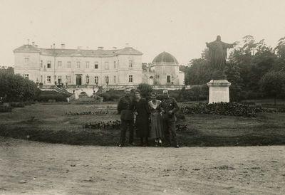 Gražutė Šlapelytė su trimis draugais prie Tiškevičių rūmų Palangoje