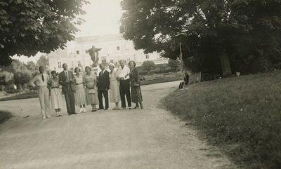 Gražutė Šlapelytė su grupe draugų prie Tiškevičių rūmų Palangoje
