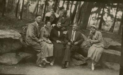 Gražutė Šlapelytė su grupe draugų prie Birutės kalno
