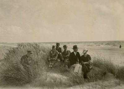Gražutė Šlapelytė su kariškiais Palangos kopose žiūri į jūrą
