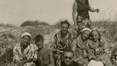 Gražutė Šlapelytė su jaunimu Palangos kopose po maudynių jūroje