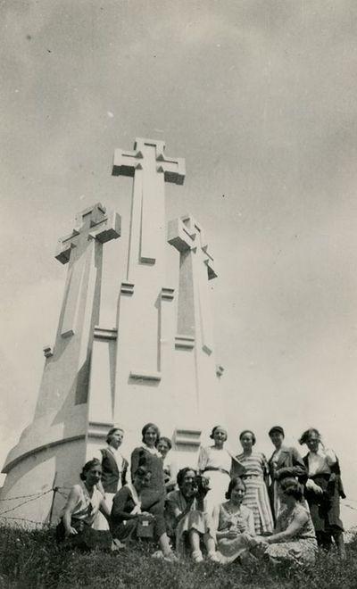 Jaunimas ant kalno prie Trijų kryžių
