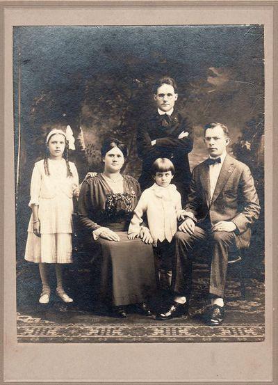 Nežinomos šeimos portretas