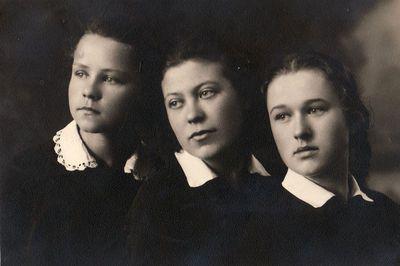 Panevėžio gimnazistės Valė Dūdaitė, Vera Černišovaitė ir Valė Žitkevičiūtė