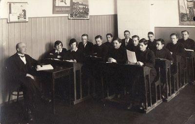 Panevėžio valstybinės gimnazijos 7 klasės gimnazistai su mokytoju J. Janulioniu