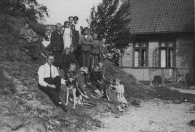 Pilkalnio apskrities Šilėnų (dabar Pobedino, Kaliningrado sritis)  pradinės mokyklos mokiniai prie mokyklos