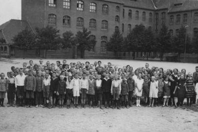Klaipėda. Lietuvių gimnazijos mokytojai ir mokiniai mokyklos kieme
