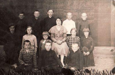 Eidžionių pradžios mokyklos mokytoja Ona Karvelytė-Micevičienė su mokiniais