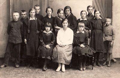 Panevėžio progimnazijos III klasės moksleiviai su vadove Michalina Meškelyte