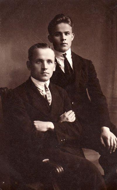 Pradinių klasių mokytojas Stasys Janauskas su broliu Zigmu