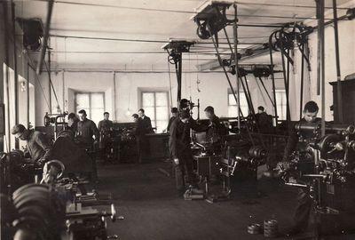 Panevėžio vidurinės amatų mokyklos moksleiviai praktinio užsiėmimo metu