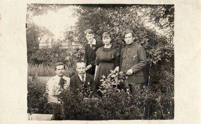 Panevėžio valstybinės gimnazijos mokytojai Mykolas Karka ir Juozas Zikaras su moksleiviais sode