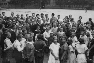 Klaipėda. Lietuvių gimnazijos mokiniai su mokytojais mokyklos kieme