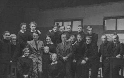 """Spektaklio """"Atžalynas"""" dalyviai su pjesės autoriumi K. Binkiu po premjeros Valstybiniame Klaipėdos teatre"""