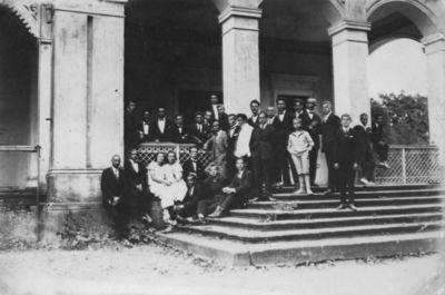 Klaipėdos konservatorijos studentai prie bendrabučio Bachmano (Paupių) dvare