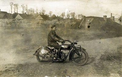 Lietuvos kariuomenės auto kuopos vyr. puskarininkis V. Saugavičius važiuoja motociklu