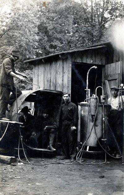 Kretingos-Telšių geležinkelio statybos darbininkai, vykdantys suvirinimo darbus prie Kūlupėnų