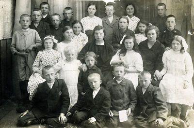Grupė vaikų su mokytojomis po I Komunijos Kretingoje