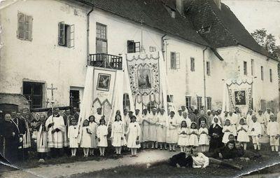Religinių organizacijų nariai Kretingos pranciškonų vienuolyno kieme