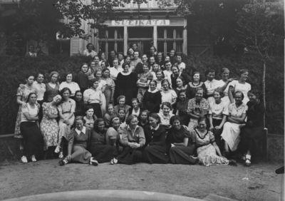 Klaipėda. Respublikos pedagoginio instituto studentės prie bendrabučio Giruliuose