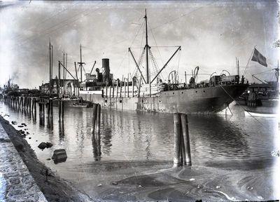 Klaipėda. Laivai pakrauti medienos produkcija Žiemos uoste