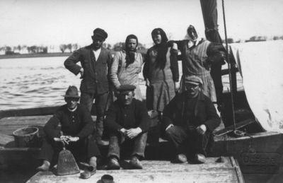 Žvejai su žmonomis žvejų laivo denyje