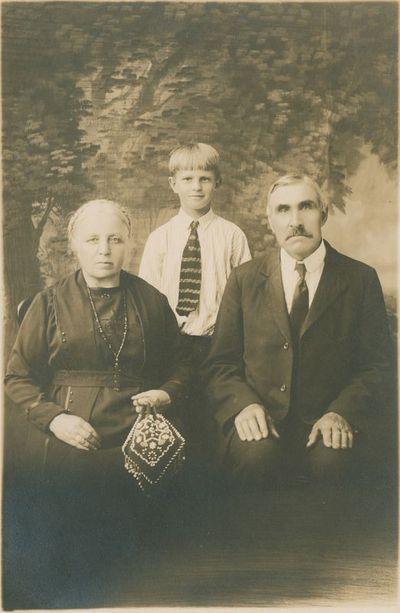 Adomas ir Magdalena Avietėnai su giminaičiu