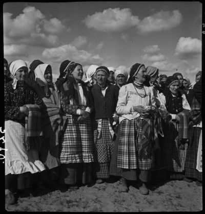 Moterys su tautiniais drabužiais