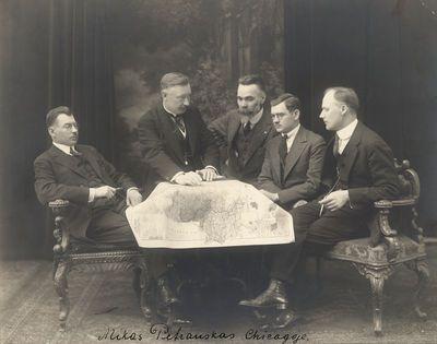 Mikas Petrauskas Čikagoje, penki vyrai susėdę prie stalo