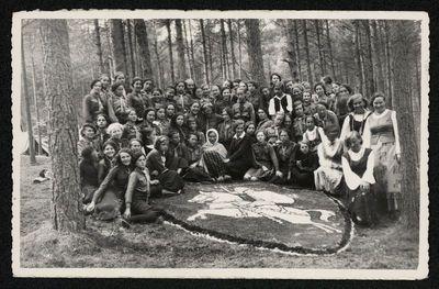 """Skautų laužo programos """"Žemaičių barkelė"""" dalyvės prie Vyties simbolio stovykloje"""