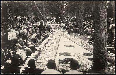 Lietuvos skautų sąskrydžio dalyvių ir svečių užsėstas skautiškas žemės stalas stovykloje Palangoje