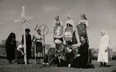 Skaučių pasirodymas, skirtas Šv. Jurgio ir Motinos dienai paminėti