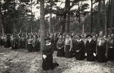 Skaučių malda Lietuvos skautų sąskrydyje Palangoje Švč. Mergelės Marijos Ėmimo į dangų dieną (Žolinės)
