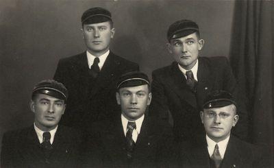 """Korporacijos """"Neo-Lithuania"""" 1938–1939 m. Valdybos nariai fotoateljė"""