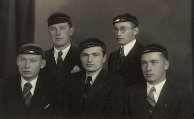 """Korporacijos """"Neo-Lithuania"""" 1935–1936 m. Valdybos nariai fotoateljė"""