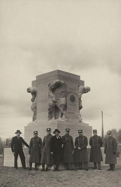 Skulptorius Vincas Grybas su karininkais prie statomo paminklo Vytautui Didžiajam