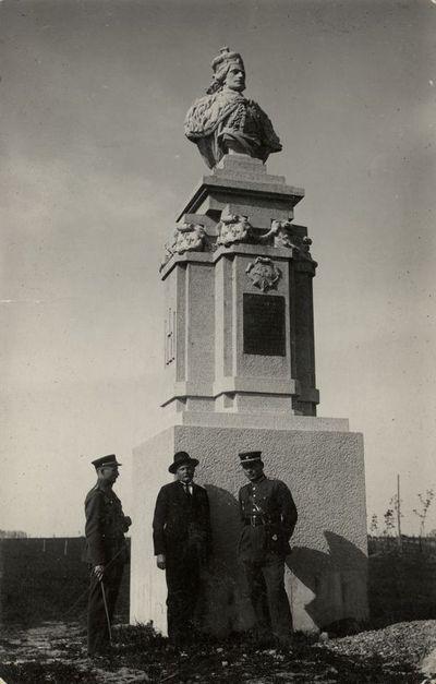 Skulptorius Vincas Grybas ir du karininkai prie paminklo Vytautui Didžiajam Jurbarke